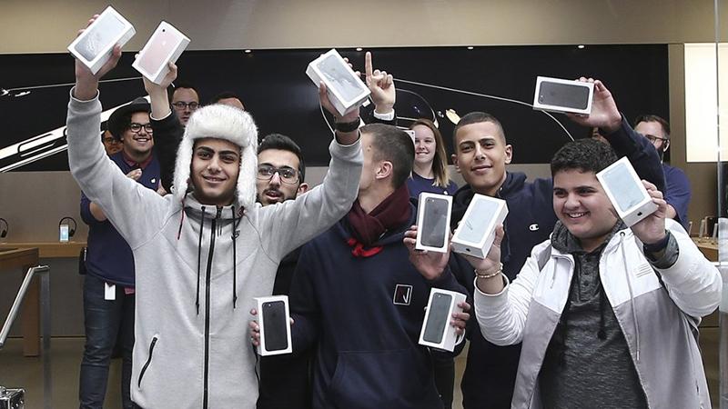 Giá bán iphone sẽ tăng gấp 2 nếu apple dời nhà máy về mỹ - 1